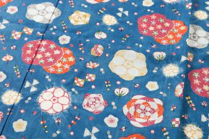 国画会会員 岡本紘子作 型絵染紬着物地 「百花にさきがけ」のサブ3画像