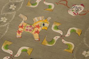 鈴木紀絵作 型絵染紬地九寸名古屋帯「縄目絞りに玩具箱」のサブ2画像