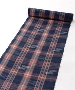 新垣幸子作 八重山手縞上布「紺地赤格子に絣」着尺のメイン画像